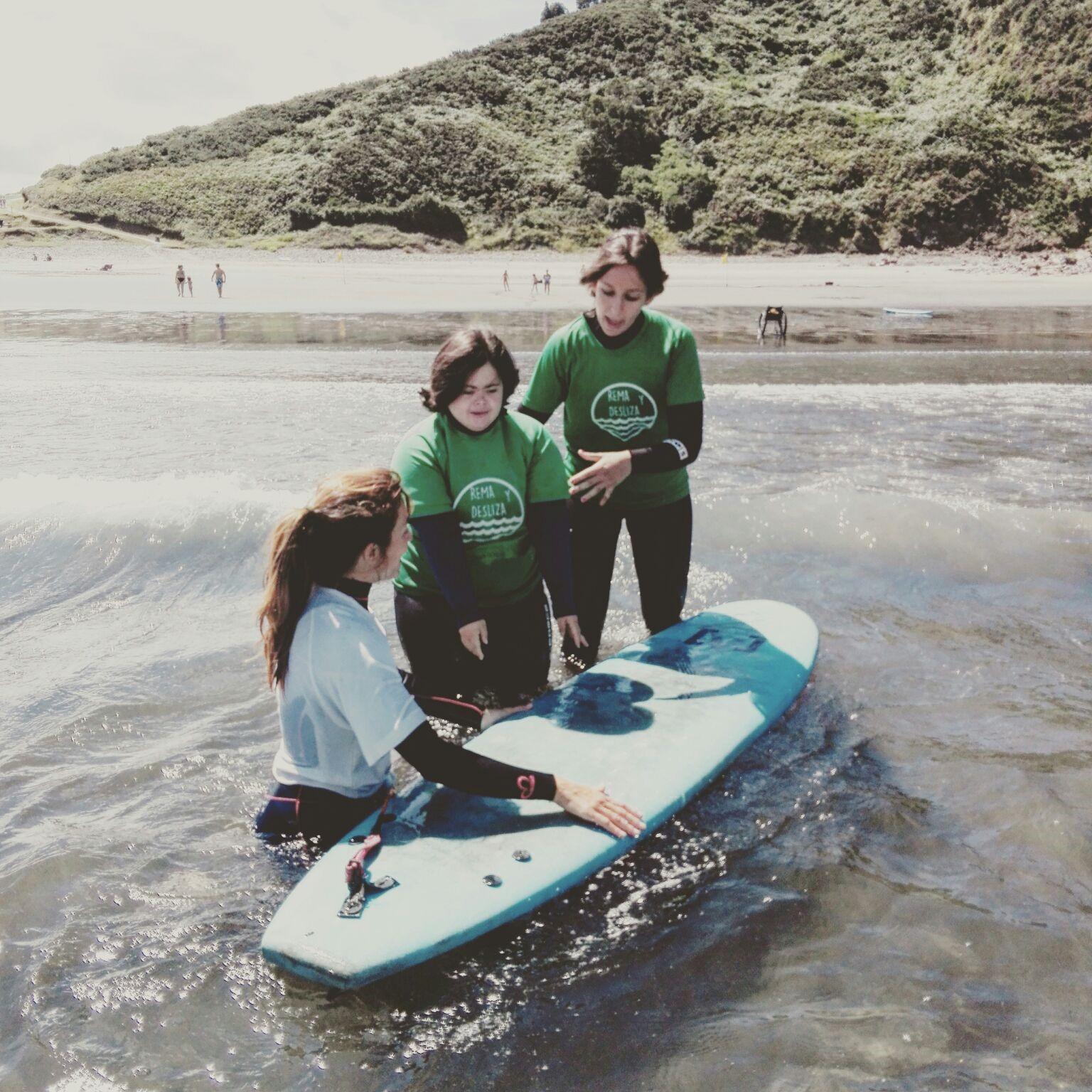 Monitora de surf con alumna con síndrome de down
